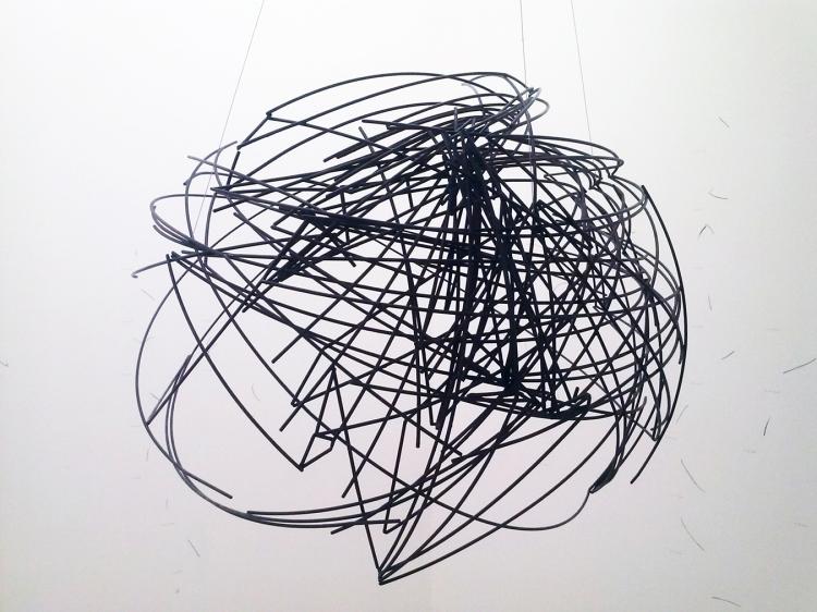 Joana Hadjithomas & Khalil Joreige / La géométrie de l'espace, (2010) / Acier étiré oxydé / diam. 80 cm et dessins muraux.