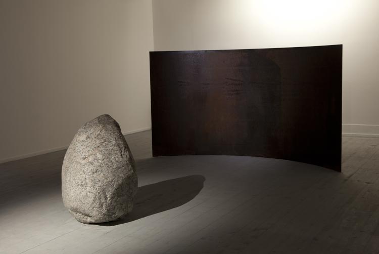 Lee Ufan, Relatum - Counterpoint, 2009 © ADAGP Lee Ufan, Vue de l'exposition Lee Ufan, Le Capitoles, Les Rencontres d'Arles, 2013, Photo. Fabrice Seixas & archives kamel mennour,