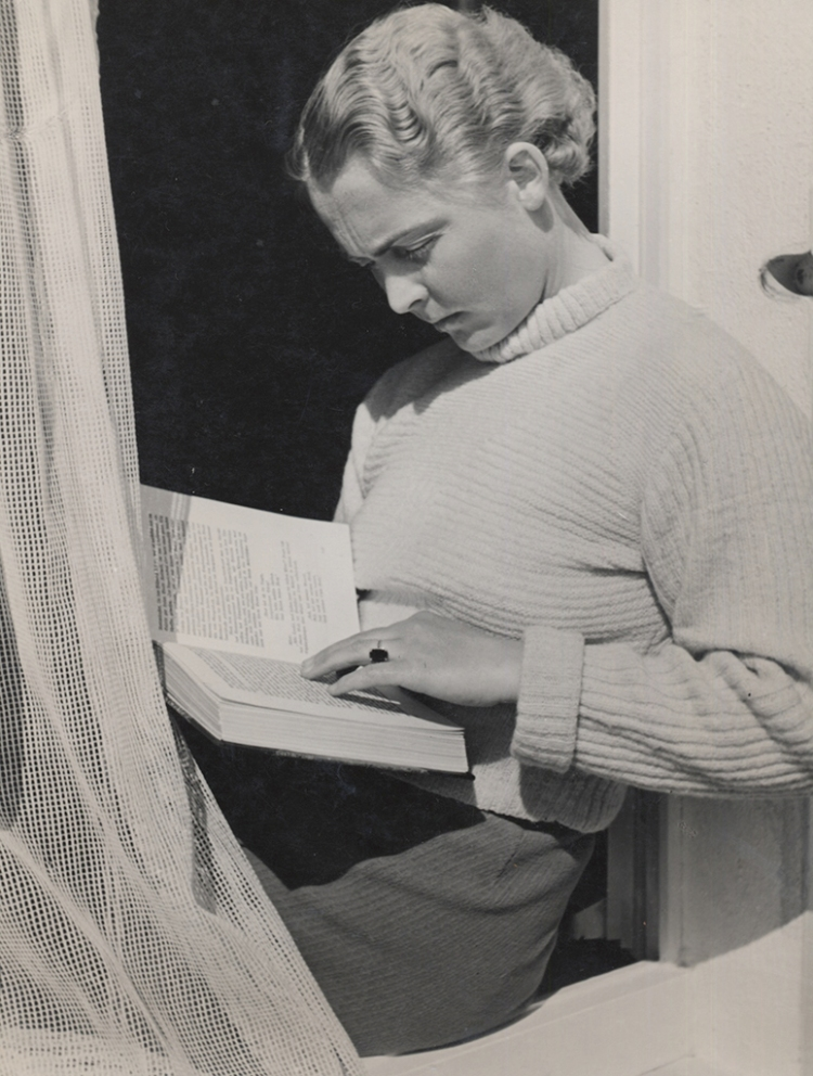 Elisabeth Hase Untitled (Women reading by window with curtain), 1932-1933 © The Estate of Elisabeth Hase, courtesy Robert Mann Gallery